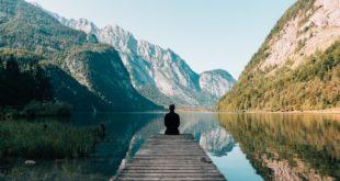 Homme méditant devant un Lac