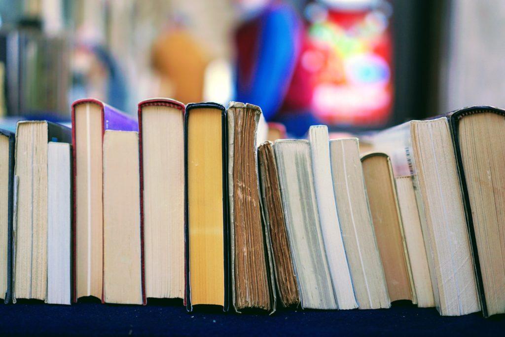 Livres posés sur la tranche